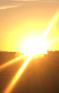 山頂から昇る朝日画像