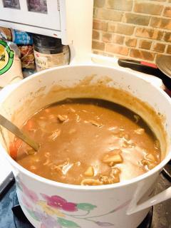 鍋いっぱいのカレー画像