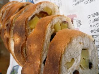 さつまいもとレーズンの手作りパン。画像