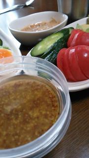 粒マスタードドレッシングで新鮮野菜サラダ。画像