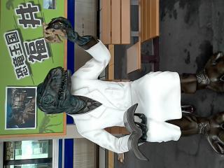 敦賀駅で電車を待つ恐竜さまw画像