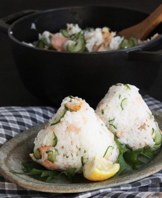 きゅうりと鮭で簡単なサラダ風オニギリ